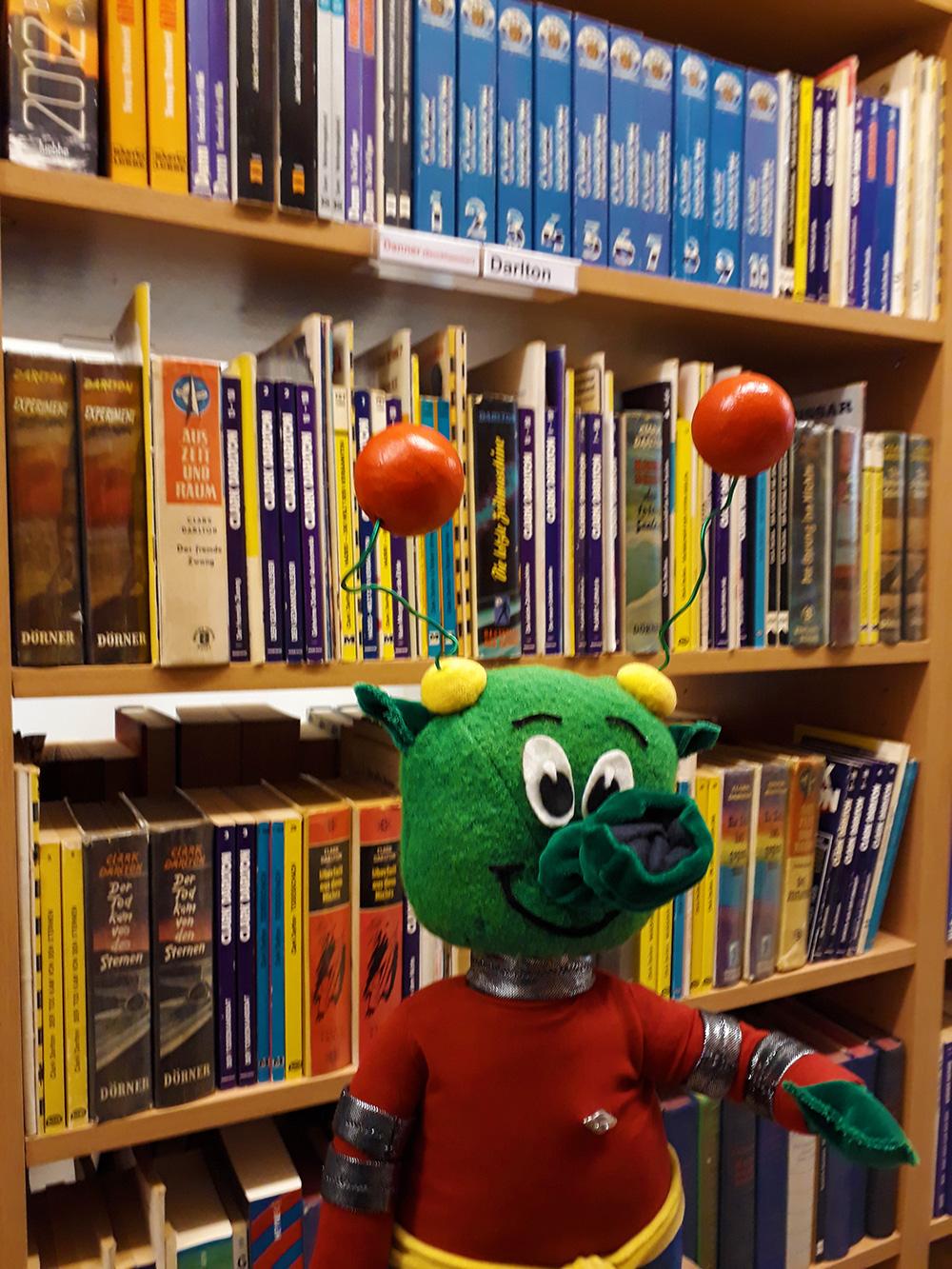 Der Rüsselmops i.d. Bibliothek
